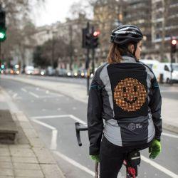 """La prueba de la Campera Emoji en la vía pública fue parte de la campaña """"Compartir el camino""""."""
