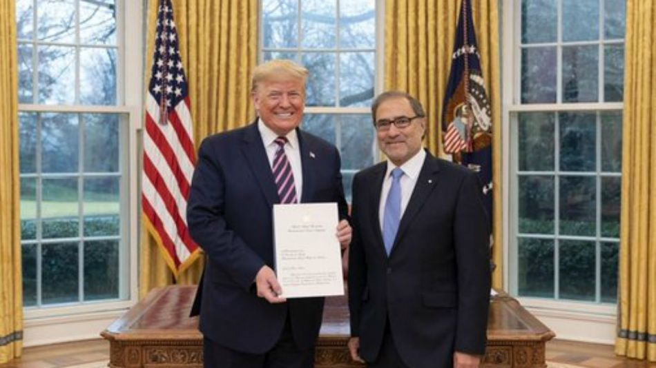 Trump recibiendo las cartas credenciales de Jorge Argüello como embajador argentino en Washington.