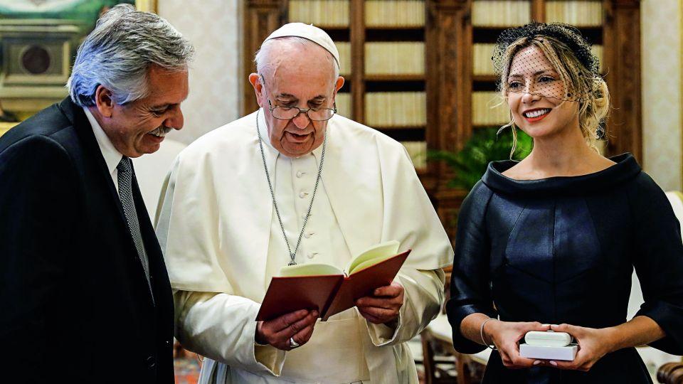 Las mejores fotos del encuentro entre Alberto Fernández y Fabiola con Francisco