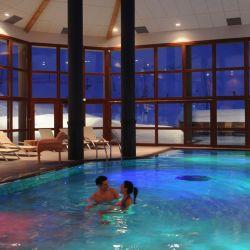 Los adultos, además de esquiar, pueden disfrutar de todas las actividades disponibles como la piscina cubierta y descubierta, sala de musculación y cardiotraining, pilates, fitness y excursiones de caminata para descubrir la belleza natural que ofrecen los alrededores.