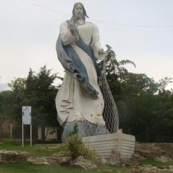 En todo el mundo existen grandes esculturas de Cristo, pero la de Diamante está representado con una red de pesca en sus manos.