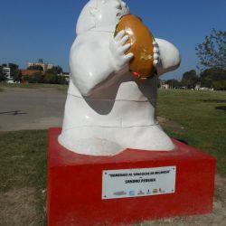 En la esquina de las calles Mate de Luna y Pellegrini, quienes visiten la ciudad se podrán encontrar con una escultura de un señor con un sándwich entre sus manos.