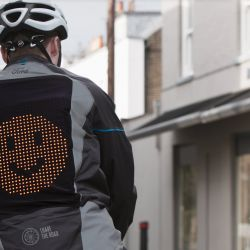 Ford desarrolla una campera con emojis y señales que indican las maniobras de los ciclistas.