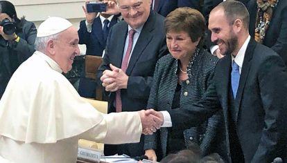 Escenario. El papa Francisco saluda sonriente al ministro Martín Guzmán. Observa risueña la jefa del FMI, Kristalina Georgieva. Fue esta semana en el Vaticano.