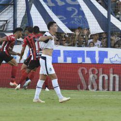 Los jugadores de Gimnasia se lamentan tras el gol del empate de Patronato. // Fotobaires