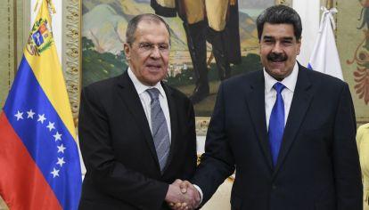 El canciller ruso junto al presidente venezolano.