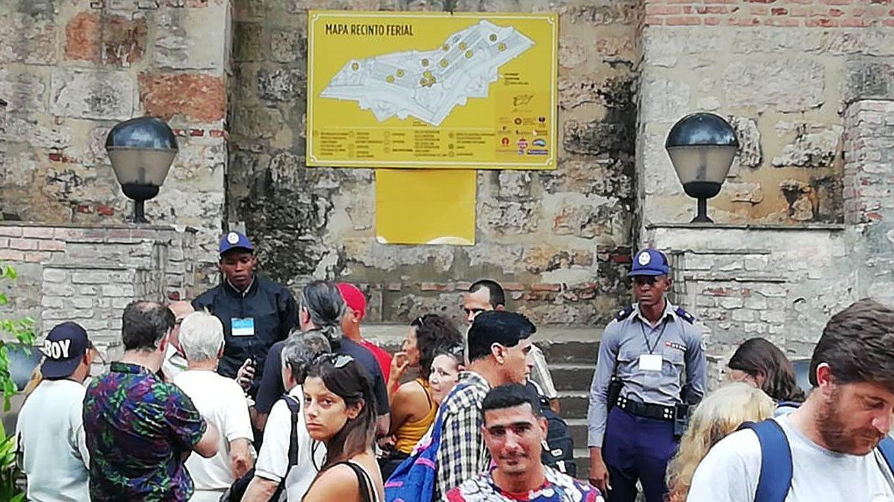 Afuera. La exposición en Cuba fue solo para invitados.