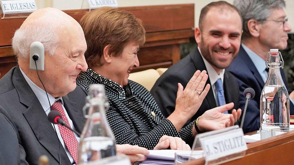 Sonrisas. El ministro con Georgieva en el Vaticano. Compartieron seminario con el Papa y Stiglitz.