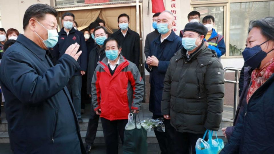 Xi Jinping se mostró con mascarilla en un hospital de Beijing.