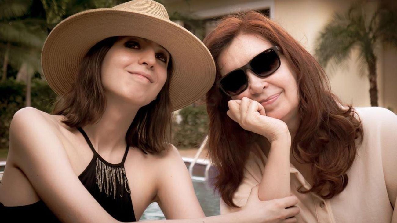 Antes de su regreso a Buenos Aires, la vicepresidenta Cristina Fernández de Kirchner publicó una foto junto a su hija Florencia desde Cuba.