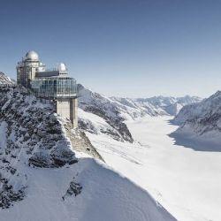 La estación se encuentra excavada en la montaña, y desde allí se puede visitar un observatorio astronómico.