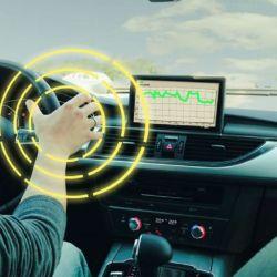Varios modelos cuentan con sensores que advierten al conductor si no está tomando el volante.