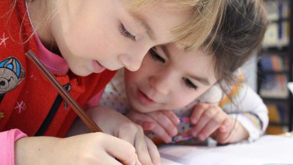 niños estudiando dibujando escuela educacion