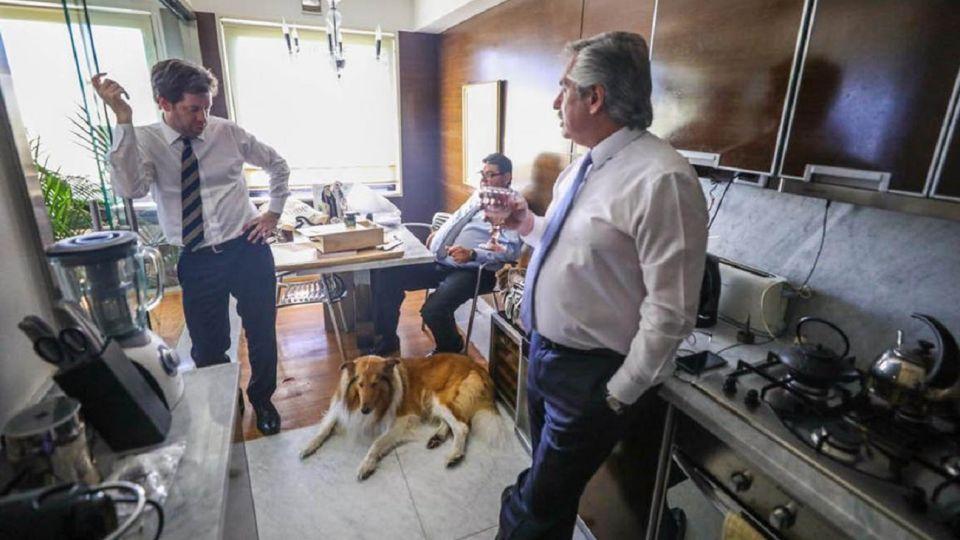 El mandatario junto a su vocero Juan Pablo Biondi, su perro Dylan y, en el fondo, su amigo Daniel Rodríguez.