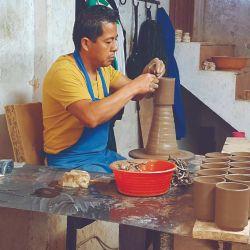 Proceso artesanal de la talavera en Cholula.