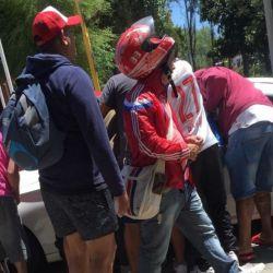 Algunos hinchas de Independiente se acercan al auto de un futbolista del club. // Foto: Infierno Rojo
