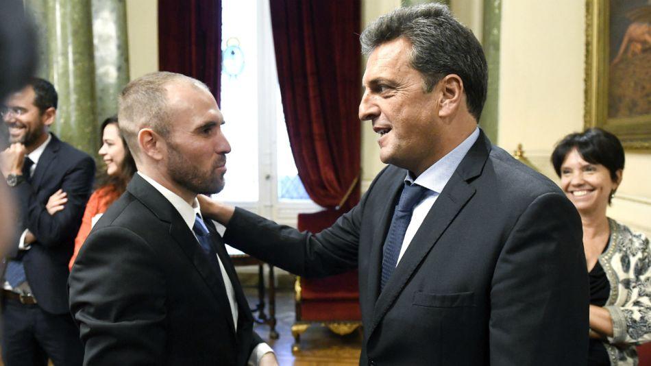 Massa saluda a Guzmán, atrás sonríe Marcó del Pont. El oficialismo pasó una prueba de alta tensión en el Congreso.