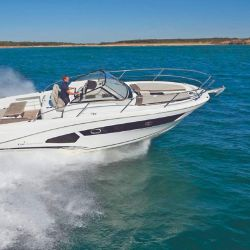 La Cap Camarat 10.5 WA es ideal para la navegación en aguas abiertas.