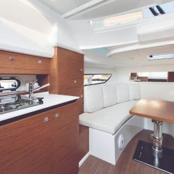 Interior cómodo y con todo lo necesario para pasar una noche a bordo.