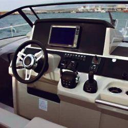 Puesto de mando principal con sector para gran pantalla tipo Glass Cockpit.