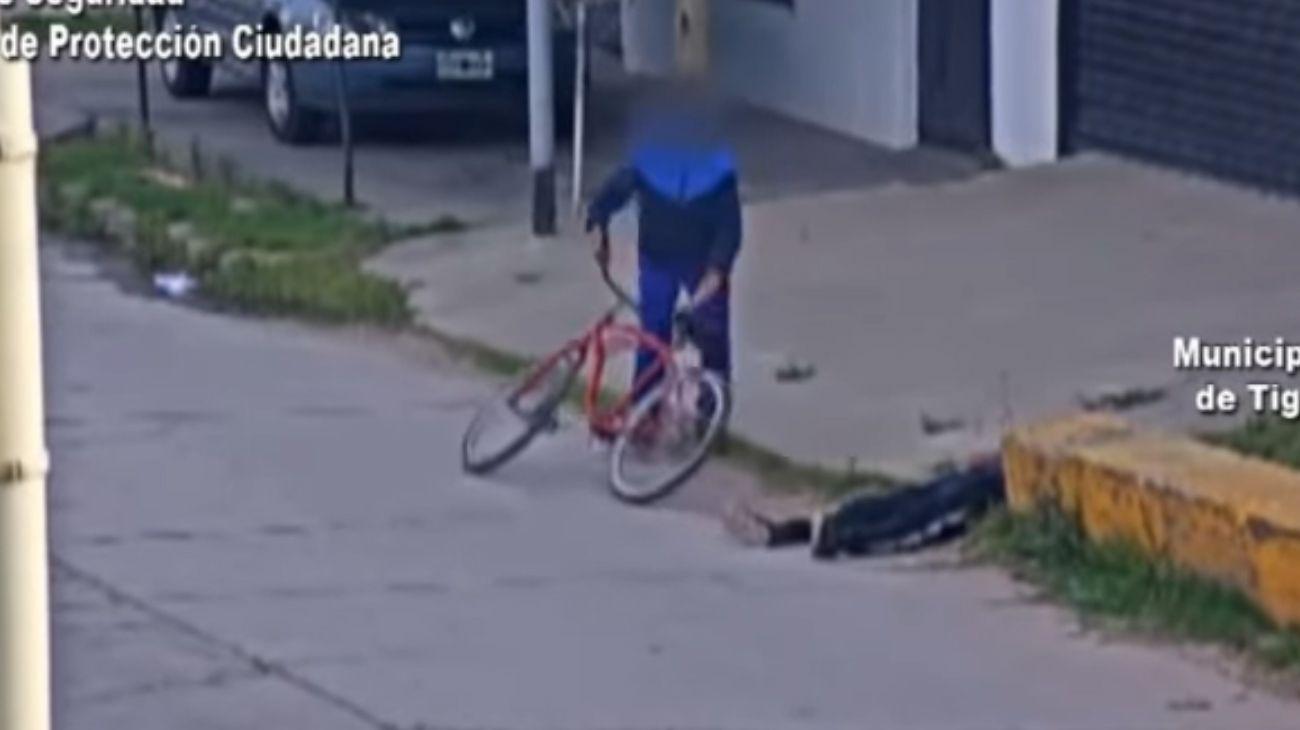 Una pareja le robó la bicicleta a una persona que se había desmayado