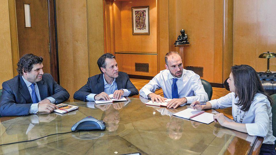 Austero. La mesa de trabajo de Martín Guzmán, con Sergio Chodos, Luis Cubeddu y Julie Kozack, ayer en el Palacio de Hacienda.