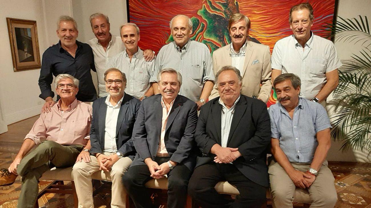 """""""El equipo de Alberto"""", sonriente en Olivos. Hubo festejo por los 63 años de Eduardo Valdés, y las partidas como embajadores de Jorge Arguello y Alberto Iribarne."""