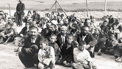 Horror. Un grupo de gitanos espera instrucciones de sus captores alemanes ante el campo de extermino de Belzec, en Polonia.