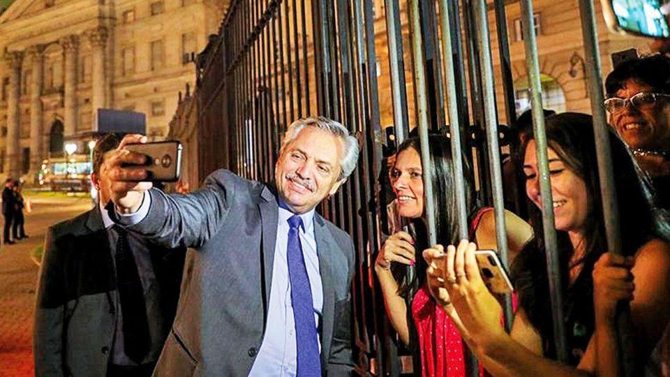 Selfies. El viernes, al retirarse de la Casa Rosada, Fernández caminó hasta el ingreso de Balcarce para saludar a la gente que lo espera. Una caminata que se volvió rutina.