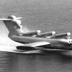 Los ekranoplanos buscaban ejercer la máxima presión entre su fuselaje y el agua con alas grandes, cortas y cuadradas.