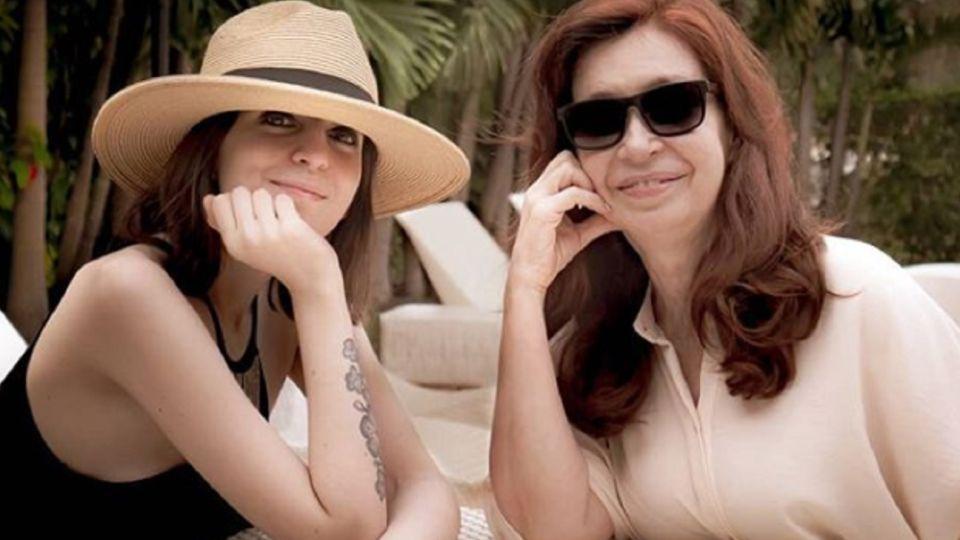 Florencia Kirchner, junto a su madre en Cuba.