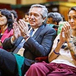 Vilma Ibarra, Alberto Fernández y Macarena Sánchez con pañuelos verdes. | Foto:CEDOC.
