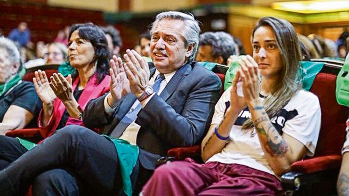 Vilma Ibarra, Alberto Fernández y Macarena Sánchez con pañuelos verdes.   Foto:CEDOC.