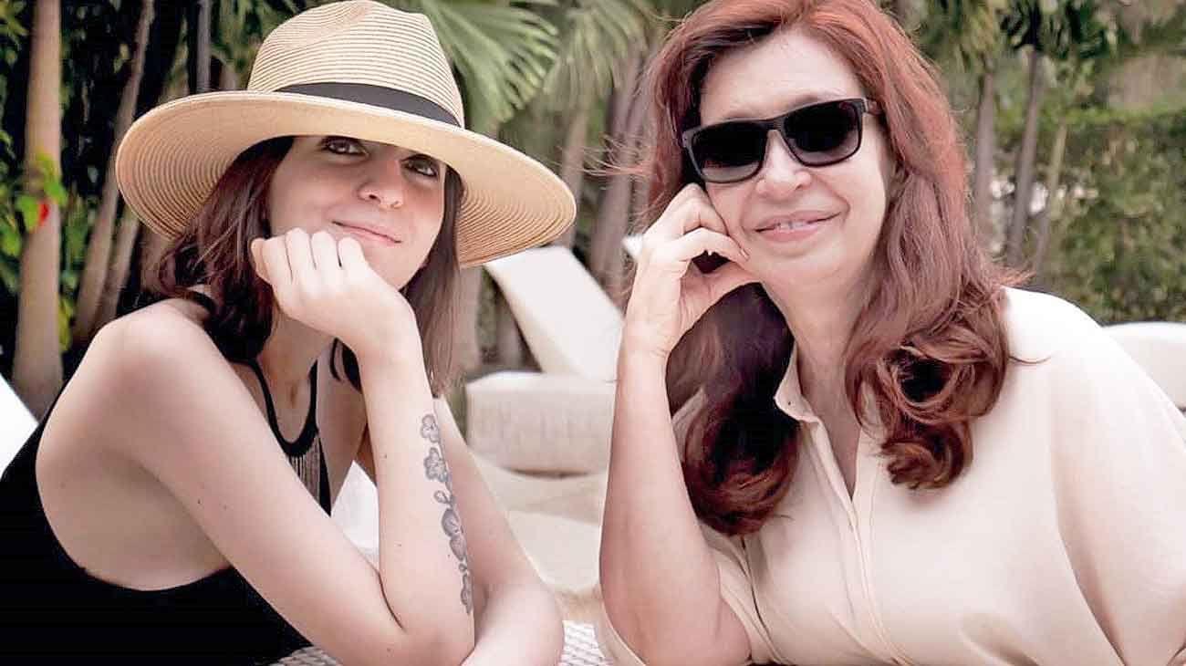 Juntas. En la primera foto familiar vista en varios meses, Florencia Kirchner y su madre, Cristina, se mostraron sonrientes en Cuba.