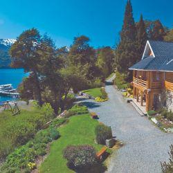 El Hotel Tronador es precioso por donde se lo mire (desde afuera o por adentro), está atendido por sus dueños frente al lago Mascardi.