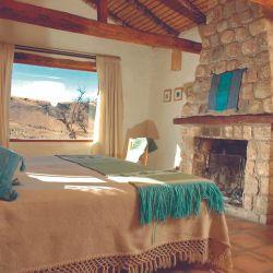 Alojarse en Las Carreras, en la zona de Tafí del Valle, implica dormir en confortables habitaciones con hogar a leña y disfrutar de cabalgatas con diferente nivel de dificultad.