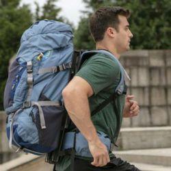 Cuando nuestro cuerpo sube, la mochila se mantiene abajo, lo que disminuye la sensación de carga sobre la espalda.