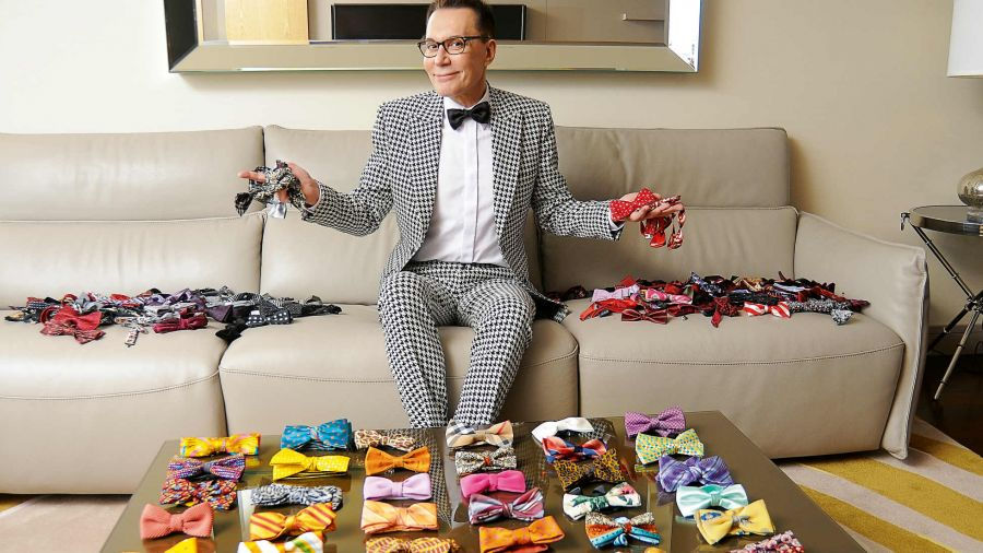 Marcelo Polino muestra su vestidor y su colección de moños y trajes