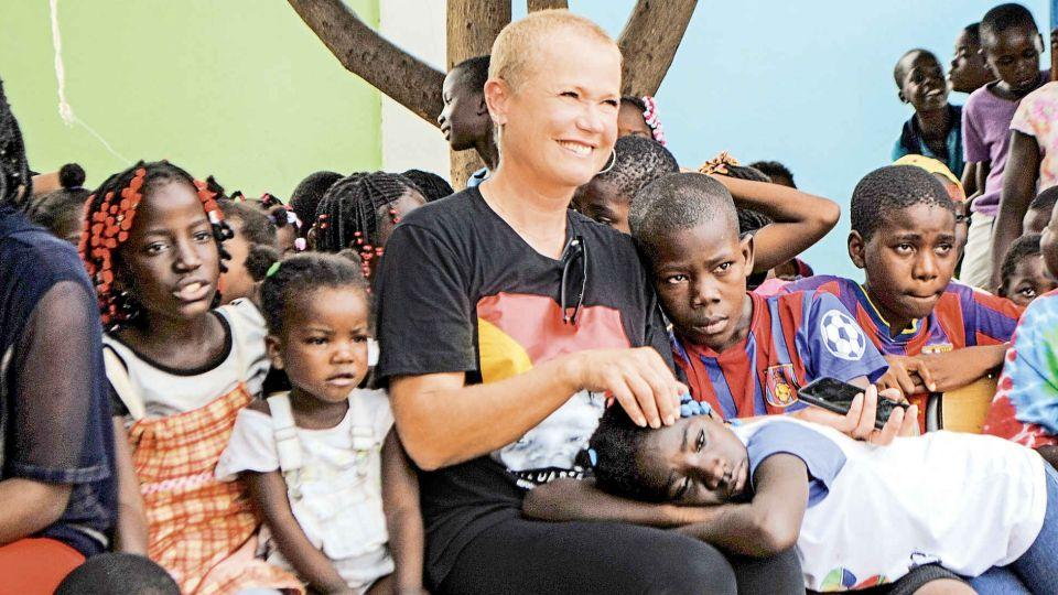 El sentido viaje solidario de Xuxa y su hija Sasha por el continente africano