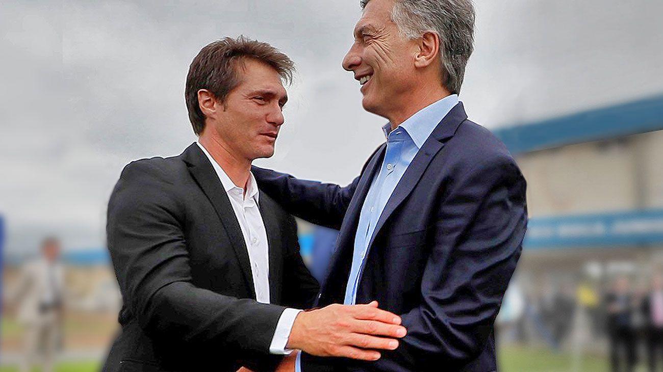 Guillermo Barros Schelotto y Macri, sonrientes en una foto en Boca.