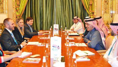 Bilateral. Guzmán acompañado por Chodos y Nahón en el encuentro con Al-Jadaan, anfitrión del G20.
