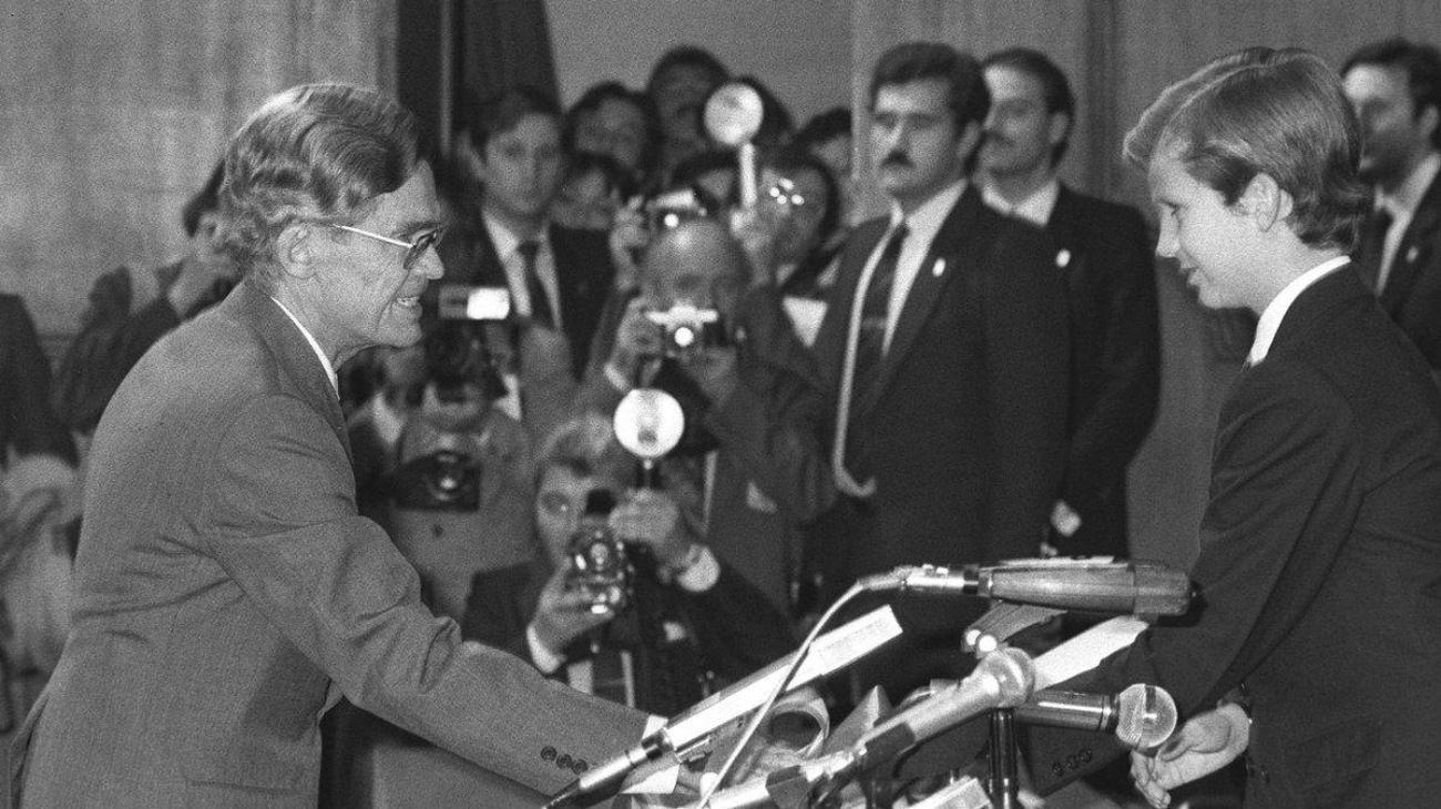 """En 1982, Bunge recibió el Premio Príncipe de Asturias por """"la labor que se desarrolla en Ultramar en disciplinas que, como las Filosofías de las Ciencias Naturales y Sociales, tienen en el doctor Mario Augusto Bunge uno de sus más distinguidos representantes""""."""