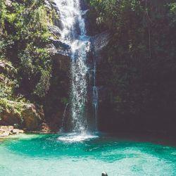 El turquesa y el verde invaden el paisaje de la cascada Santa Bárbara en el Parque Nacional Chapada dos Veadeiros, en Brasil.