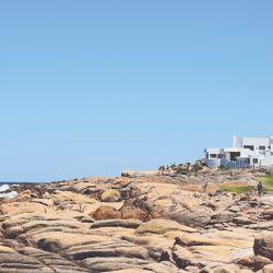 Cabo Polonio posee dos playas, un faro, un islote enfrente poblado de lobos marinos y carece de calles: es un pueblo peatonal donde tampoco hay luz. En todos esos detalles radica su encanto.