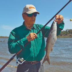El ámbito nos ofrece distintos puntos para realizar la pesca de lisas, tomando como base La Cueva del Tigre y, desde allí, recorrer las inmediaciones del río Quequén, hasta alcanzar la desembocadura.