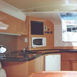 Acceso al interior tipo loft, de gran tamaño, con una cocina completamente desarrollada en madera.