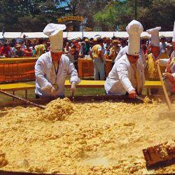 En Pigüé se realiza la Fiesta de la Omelette, para la cual se usan más de 20 mil huevos.