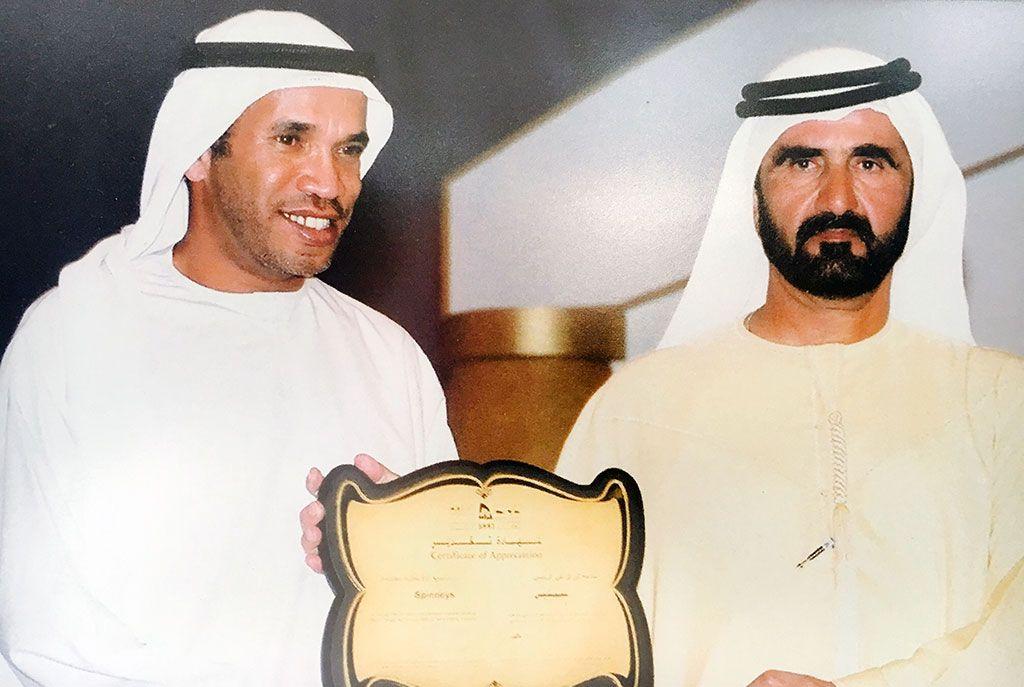 Alí Saeed Albwardy con Mohamed bin Rashid Al Maktum, emir de Dubai y el actual primer ministro y vicepresidente de los Emiratos Árabes Unidos, en la inauguración de una obra.