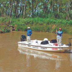 Dentro de los arroyos, manteniendo la embarcación con el eléctrico de proa, realizamos unos cuantos lances con señuelos de paleta 1.