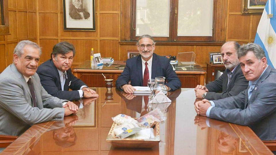 El ministro de Agricultura, Luis Basterra, junto a la Mesa de Enlace.